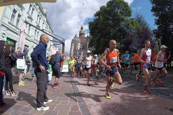 Momentka z pretekov a Orest Babjak medzi bežcami.