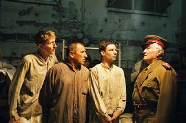 Najznámejší veliteľ PTP-pákov Pavel Landovský vo filme Čierni baróni.