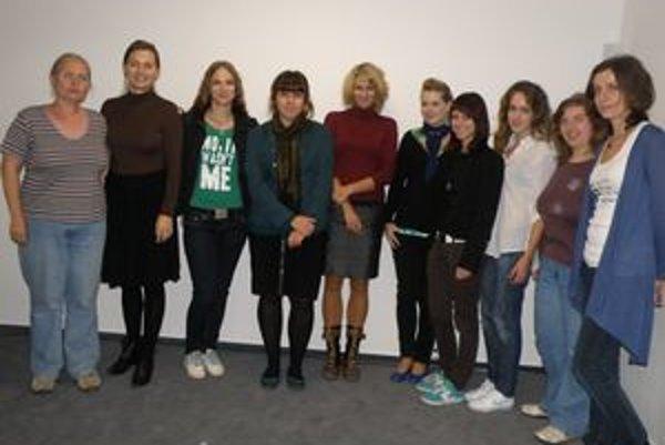 Zľava Alena Hrončeková, Monika Janigová a študentky, ktoré počas novinárskeho workshopu spoločne zmapujú diane na Žilinskom literárnom festivale.