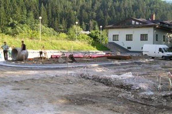 Novú autobusovú stanicu v Rajeckých Tepliciach začali budovať v júni.