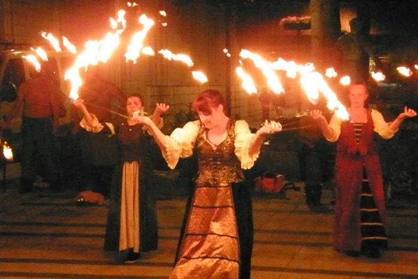 Ohňová šou počas osláv výročia.