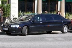 V konvoji švédskeho kráľa sú BMW radu 5 aj X5 a Mercedesy-Benz triedy E, no samotný kráľ jazdí na predĺženom Volve S80.