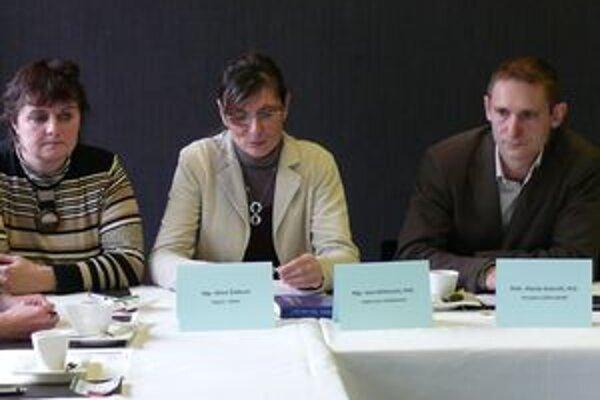 Marián Kolenčík (vpravo) a Jana Kšiňanová (druhá zprava) predstavili nový projekt centra Dafné, ktorý má pomôcť zastaviť nárast šikanovania medzi deťmi.