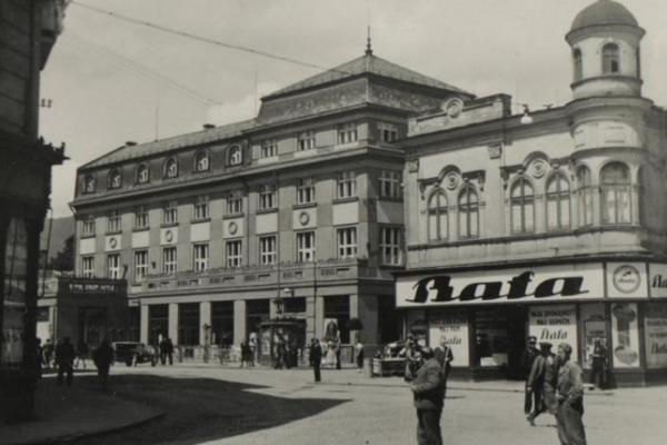 Pohľad na križovatku ulíc pred kultúrnym domom, približne zroku 1935. Na pravej strane je dom sobchodom sobuvou, vpozadí je kultúrny dom.