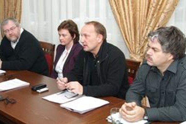 Členovia Klubu nezávislých poslancov vysvetľovali, prečo nepodporili rozpočet mesta Žilina na rok 2010.