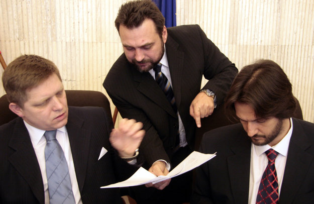 Igor Federič (v strede) s Robertom Ficom a Robertom Kaliňákom.