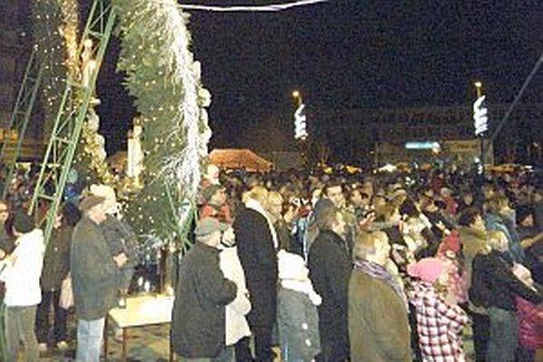 Námestie pri adventnom venci bolo zaplnené obyvateľmi mesta. Prilákal ich aj pekný kultúrny program.
