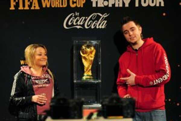 So svetovou trofejou FIFA sa 27. marca 2010 do mestského divadla v Žiline prišli odfotiť celé kolektívy mladých futbalistov, ale aj ľudia, ktorí sa o futbal veľmi nezaujímajú.