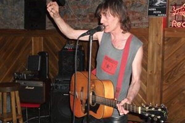 Alex vydržal hrať na gitare 32 hodín.