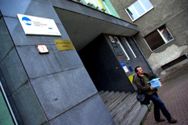 Z budovy Lesov SR v Žiline sa Vodohospodársky podnik sa po 2,5 roku sťahuje naspäť do Banskej Štiavnice. Zamestnanci stoja pred dilemou, či sa presťahovať, alebo dochádzať. Inak prídu o prácu.