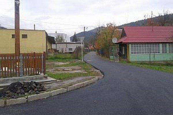 Verejný vodovod rozširovali v tejto časti obce.