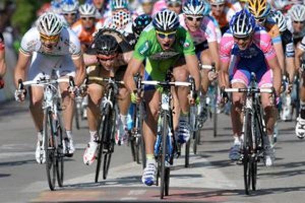 Slovenský profesionálny cyklista Peter Sagan (zelené tričko) šprintuje ako prvý do cieľa a víťazí v 1. etape pretekov Okolo Romandie 28. apríla 2010.