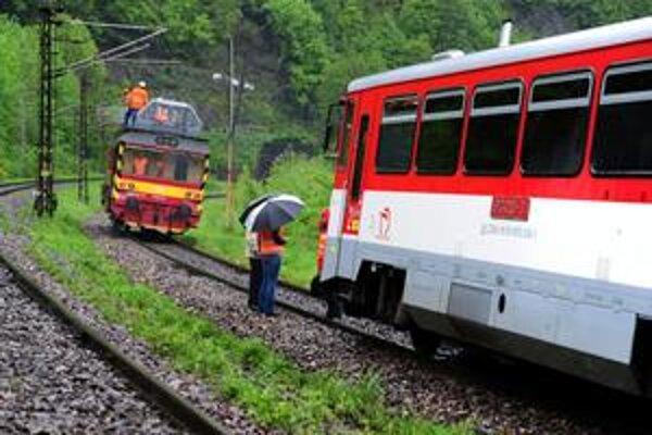 Na železničnej trati medzi Žilinou a Vrútkami sa 17. mája 2010 na jednej koľaji stretli osobný motorový vlak (vpravo) s cestujúcimi a stojaca pracovná plošina.