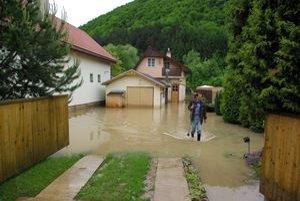 Domy a dvory zaliala voda pri Rajčianke.