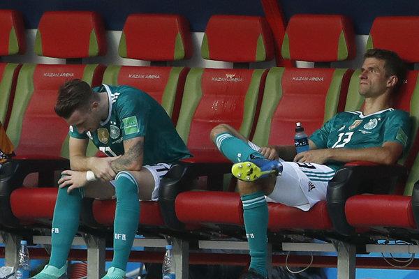 Marco Reus (vľavo) a Thomas Müller po vypadnutí svojho tímu.