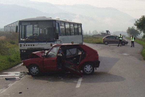 Hrôzostrašne vyzerajúca nehoda sa stala v stredu ráno medzi obcami Varín a Gbeľany na ceste druhej triedy. Týždeň predtým , tiež  v stredu, narazil do autobusu idúceho z Čadce do Žiliny český kamión.