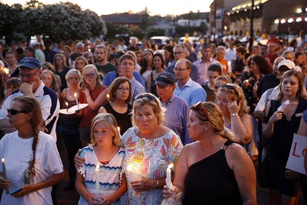 Na sviečkovom pochode v meste Annapolis si ľudia uctili pamiatku obetí, ktoré zavraždili v redakcii miestnych novín.