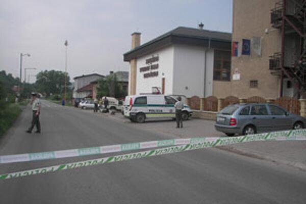 Polícia uzatvorila priestory školy a do práce sa pustil policajný pyrotechnik a psovod.