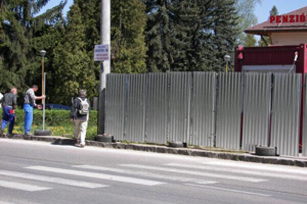 Tam, kde bol doteraz chodník pre peších, stojí v súčasnosti plot. Chodci teraz musia prejsť na druhú stranu, prípadne niekoľko metrov absolvovať po frekventovanej ceste.