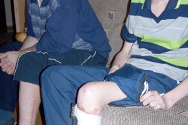 Juraj, Marek a Iveta Šibíkovci sú konečne spolu doma. Otec daroval synovi kosť z nohy. Operácia sa podarila a Marek bude pravdepodobne opäť chodiť. Po tom, čo ho 20. apríla minulého roku zrazil opitý bagrista, v to prakticky už nik nedúfal. Zvlášť, keď ro