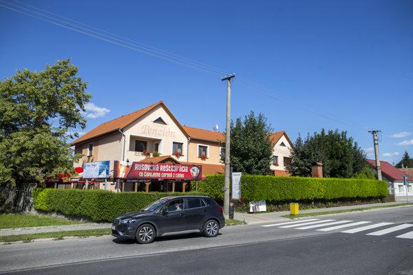 Rodinná reštaurácia starostu Rusoviec Dušana Antoša. Pozemky pod ňou pozemková mafia ukradla rakúskemu dôchodcovi.