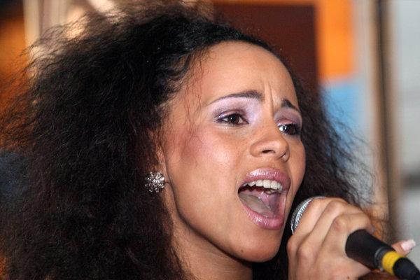 Tina (34), vlastným menom Martina Kmeťová je slovenská speváčka.