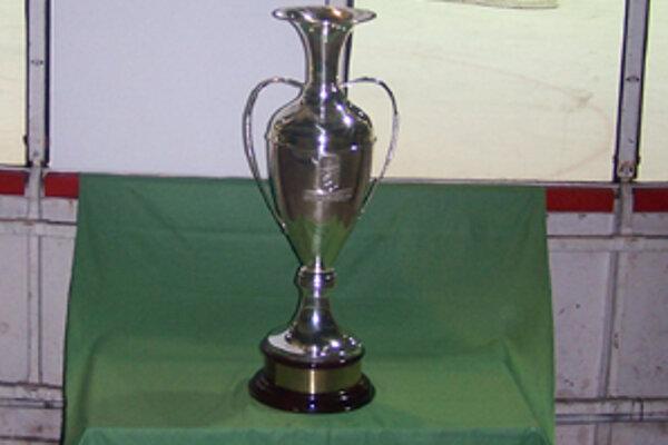 Pohár pre víťaza tohtoročného turnaja Super Six bol počas extraligového zápasu so Slovanom Bratislava vystavený 31. októbra 2006 aj na žilinskom zimnom štadióne.