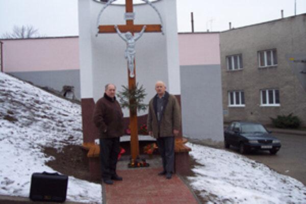 Stanislav Babic a Marián Zeman sa zaslúžili o záchranu Kríža na Čepieli. Celá rekonštrukcia vyšla na stoštyridsaťtisíc korún.