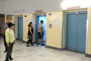 """Nastupovanie a vystupovanie do výťahov v """"novej"""" nemocnici môže byť nepríjemným zážitkom."""