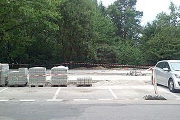 Nové parkovisko sa už buduje.