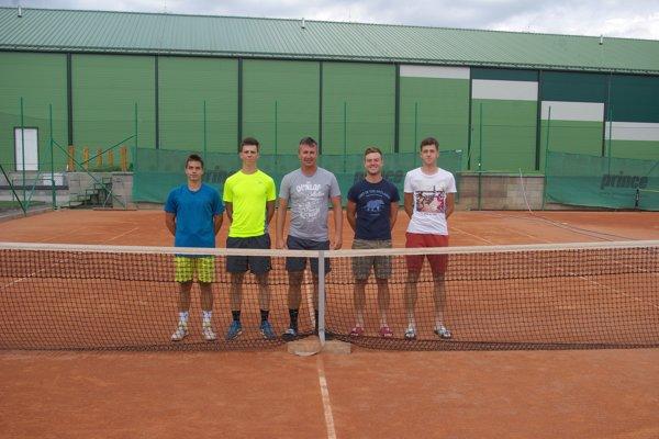 Dávid Tužinský so svojimi zverencami. Zľava: Marko Grnáč, Samuel Grman, Dávid Tužinský (tréner), Filip Kucbel aMartin Fekiač.