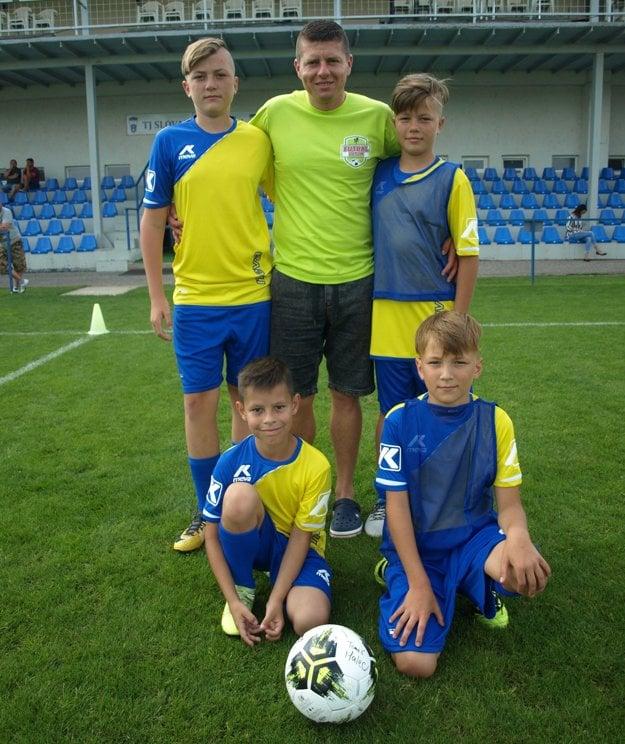 Štvorica futbalových talentov zo Záhoria vspoločnosti organizátora kempu Futbal deťom Mareka Tajbera.