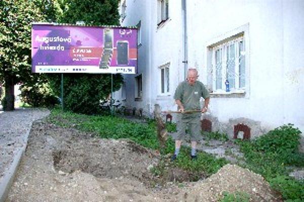 Pavol Eckert chcel zahádzať v lete minulý rok jamu v domnení, že tam postavia ďalší bilbord. Teraz je rozhodnutý držať hladovku.