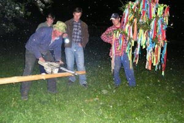 V noci na dnes postavili chlapi vo Fačkove šesť májov