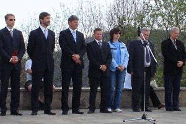 Vence pri pamätníku položili aj župan Juraj Blanár (vľavo) a Jozef Štrba (v strede).
