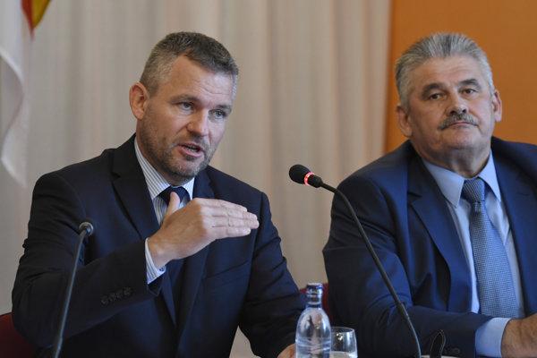 Premiér Peter Pellegrini a minister Ján Richter na výjazdovom rokovaní vlády.