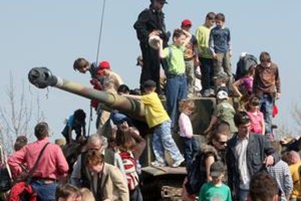 Deti si obzerali vojenskú techniku