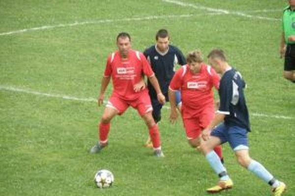 Hráči M. Ledníc (v červenom) dali D. Marikovej päť gólov.