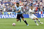 Uruguajčan Luis Suárez oklamal svojho súpera.