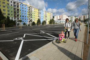 Dieťa na chodníku pri parkovisku. (ilustračné foto)