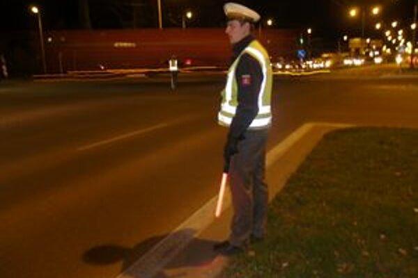 Polícia v Žiline riadi križovatku na ktorej sú pokazené semafory.