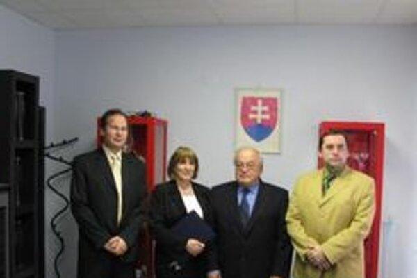 Odovzdávanie zriaďovacích listín. Zľava: primár Ivan Mačuga, riaditeľka nemocnice Daniela Bekeová, profesor Ján Štencl a primár Rastislav Johanes.