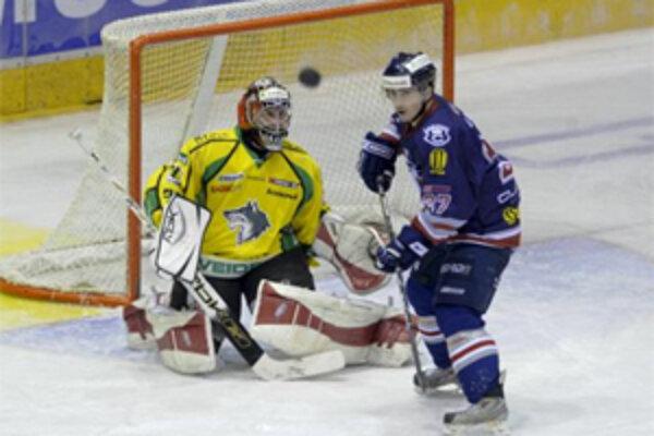 Brankár MsHK GARMIN Žilina Michal Láníček pri útoku Ľubomíra Vaica z HC Slovan Bratislava.