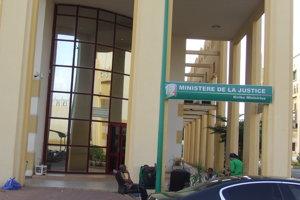 Vchod do budovy Ministerstva spravodlivosti Mali, ktoré je súčasťou prísne stráženého vládneho mestečka v centre Bamaka.