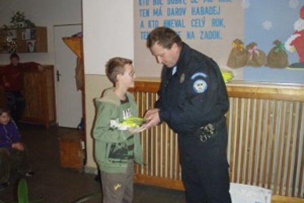Náčelník Mestskej polície v Bytči pri odovzdávaní cien.