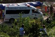 Vozidlo rýchlej zdravotníckej pomoci s blikajúcim majákom vezie do nemocnice v provincii Čiang Rai piateho chlapca, ktorého  vyslobodili zo zaplavenej jaskyne.