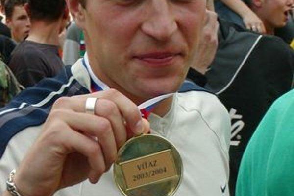 Stanislav Šesták s medailov za víťazstvo v lige.