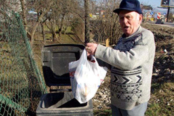Dôchodca v Žiline - Strážove vyhadzuje smeti.