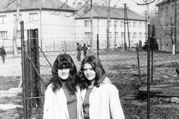 Na školskom dvore za internátom (70. roky).