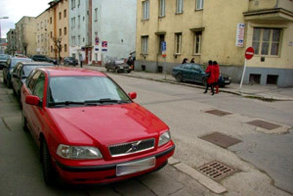 Parkovanie na chodníkoch chce mesto kontrolovať a nové miesta zlegalizovať.